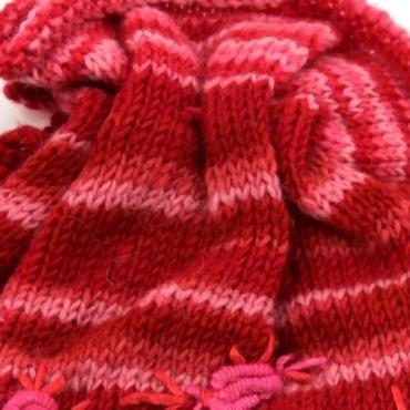 Bonnet rouge à fleurs