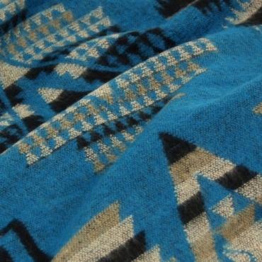 Châle bleu et motifs graphiques
