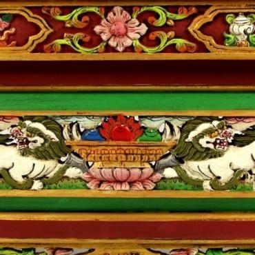 Table Bouddhiste Sculptée Lion et auspicieux