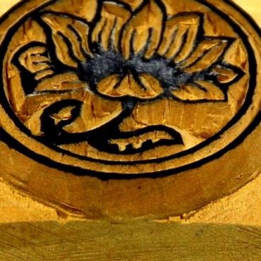 tampon encreur fleur de lotus symbole de la saagesse dans. Black Bedroom Furniture Sets. Home Design Ideas