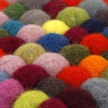 Mini tapis carré en boules de laine colorée