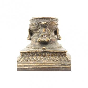 bouddha autour d'un stupa