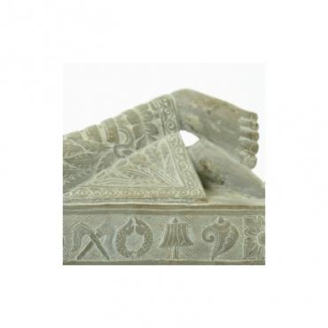 pied du bouddha statue paranirvana en pierre
