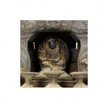 padmasambava guru rinpoché dans un autel ancien