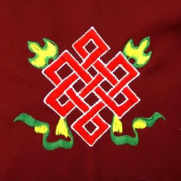 sac bouddhiste de moine rouge et noeud sans fin