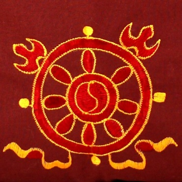 roue de l'enseignement du dharma sur sac moine bouddhiste rouge