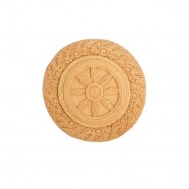 Belle réalisation de la roue du Dharma sculptée en bois naturel